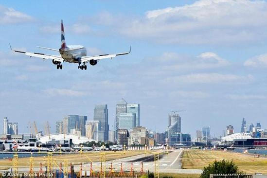 箭头形状的外观使小翼能更容易划开空气,从而减少阻力。  尽管飞机可以在没有小翼的情况下飞行,但它们在保证乘客安全、降低排放和减少噪音上都扮演着重要的角色。 商业客机的机翼末端称为翼梢小翼(winglet),在那上面,常常装饰着航空公司的标志、网址或代表性的颜色。不过,小翼的存在,并不只是出于美观或推广的需要。 乘坐飞机的人,常常可以从窗口望见翼梢小翼,根据飞机的不同,它们也具有不同的形状和颜色。尽管飞机可以在没有小翼的情况下飞行,但它们在保证乘客安全、降低排放和减少噪音上都扮演着重要的角色。 翼梢小翼