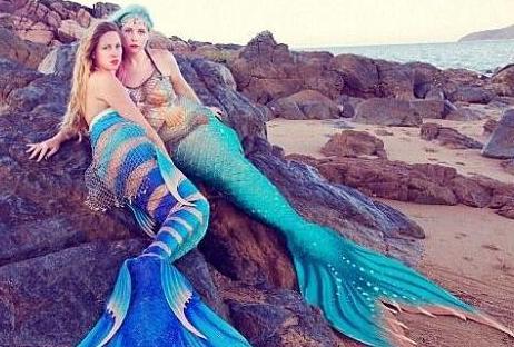 闺蜜情迷迪斯尼 斥巨资扮美人鱼同鲨鱼游泳