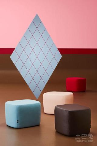 Gelava椅的制作方法类似雕塑,以高弹性、高柔韧度的冷硫化聚氨酯泡沫为材料,直接用精密仪器加工塑形。这也意味着它在结构上真的就像一块巧克力,没有明显的棱角或是复杂的内部构架。椅子外层布料来自丹麦高端纺织品设计公司Kvadrat,Olafur Eliasson、皆川明、Bouroullec兄弟等知名设计师也都是这家公司的常客。