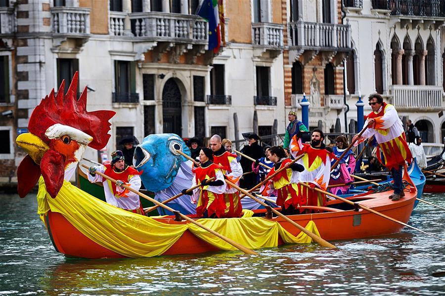 意大利威尼斯狂欢节上演花船游行