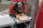 """大雪过后雪中用餐照 让朝阳一名环卫工人成""""网红"""""""