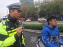 妈妈未安装电动车牌 16岁小伙被查后主动交罚款