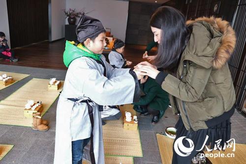 小茶人着汉服学做汉代礼仪