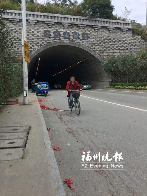 隧道口大巴撞上电动车一男子身亡 市民呼吁文明行车