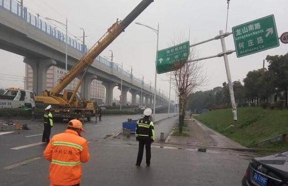 今晨南京江北大道发生一严重车祸 货车侧翻马路中央