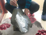 新密男子捡块石头带回家 竟是块稀有陨石且价值不菲