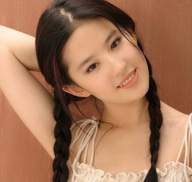 刘亦菲出道初期清纯照 扎麻花辫少女感十足