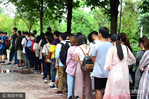 青岛高校陆续开学 校园快递激增