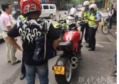 """骑20多万元的摩托车闹市""""闯卡"""" 涉嫌走私和套牌"""