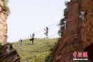 悬崖峭壁练瑜伽