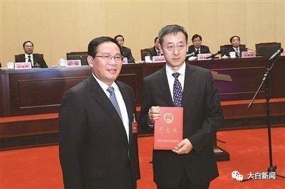 省委书记、省人大常委会主任李强向刘旸颁发任命书