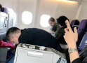 飞机上偶遇Angelababy 网友称小海绵见谁都笑