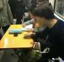 小学生地铁里写作业