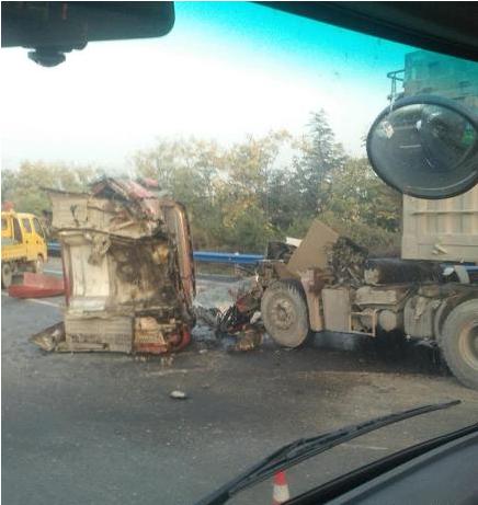 惊险!郑州高速俩大车追尾 货车车头被撞飞