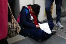 地铁早高峰的中学生