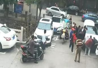 寒冬里的热心人:浙江乐清——男孩卷入车底 路人合力抬车救人