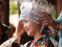 苗族女孩节日妆扮