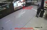 浙江开奔驰女子盗走店内价值两万包包,称因店员态度不好报复