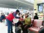 外籍春运志愿者现身郑州东站 为中外旅客提供服务