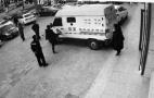 朝阳市一男子银行门前踢踹运钞车被拘