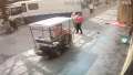 电动车撞倒怀抱孩子的老人 肇事者看到伤者住院就跑了