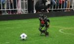机器人踢足球 沈阳城市学院获冠军