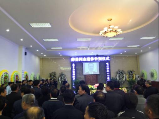 河南昨举行坠崖殉职书记薛勇遗体告别仪式 数千群众泪送