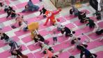 """太原市举办""""百人瑜伽挑战赛"""" 迎接世界地球日"""