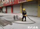 烧烤店清晨突发火灾  消防员抢出两个滚烫液化气罐