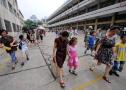 杭州少年宫暑假班八成孩子由祖辈陪读:多在没空调的走廊等待