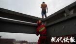 """醉汉要跳楼报复老婆 消防员抱他摔下自己当""""肉垫"""""""