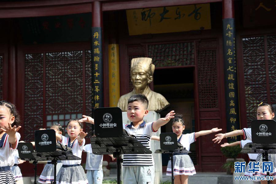 """5月18日,当日是世界博物馆日,在河南省沁阳市 """"乐圣""""朱载堉纪念馆里,小朋友正在进行少儿小钟琴演奏表演。传播乐圣文化,从娃娃抓起,让孩子了解乐圣,走进乐圣,亲身感受音乐的魅力,让孩子们一起来传递,一起来传播音乐。据了解,朱载堉是中国明代自然科学家和艺术学家,他在天文历法、数学、计量学、物理学和绘画等学科领域中都颇有成就。(杨志强 摄)"""