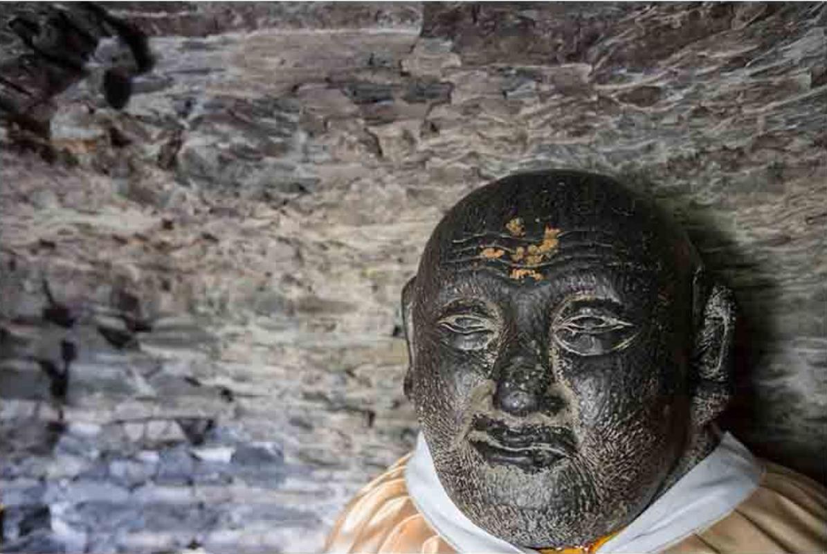 """北魏时期于兴建寺院的同时,在悬崖峭壁上开窟造像,名""""太平寺千佛岩?#20445;?#38539;唐时期开窟造像达到鼎盛;五代及金、明、清时期在这里摩刻《金刚经》,续造窟龛。"""