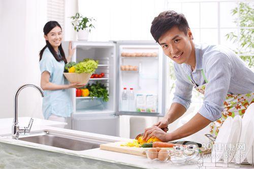 青年 男 女 厨房 烹饪 切菜 鸡蛋 胡萝卜 蔬菜 冰箱_16190844_xxl