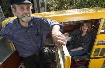 英国退休巴士司机打造仅容两人微型巴士