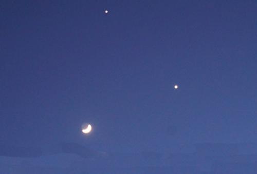 毕宿五逐渐'淡出'天幕,只留下金星和残月相依相伴,直到霞光布满东方的