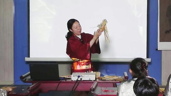学编麦秸扇和草蚱蜢 阳光城实小开出暑期阳光学堂