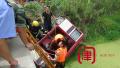 骑三轮翻进河被困 消防员破拆救起受伤八旬老人