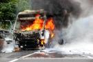 大货起火副驾驶上的雇工跳车逃命 不曾想被碾轧身亡