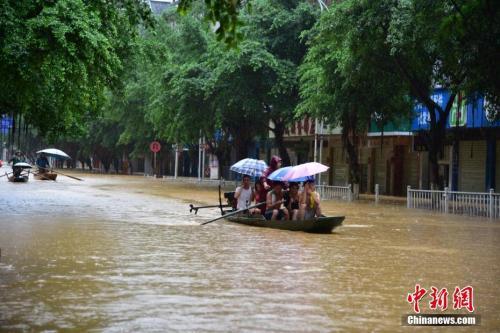 8月14日,受流域内持续强降雨影响,广西柳州市融水苗族自治县老城区被淹,居民乘船出行。<a target='_blank' href='http://www.chinanews.com/'>中新社记者 王以照 摄