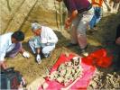 这些名人去世后遗骸被挖走:有人遗体被挂在拖拉机后游街