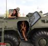 俄军展长腿模特秀身材