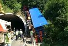 大货车撞上隧道