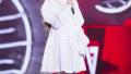 李莎旻子《快男》演唱会光脚献唱 含泪答谢粉丝