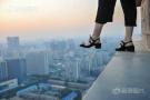 美女爬70层楼拍照