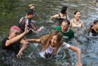 尬舞团跳河水中斗舞