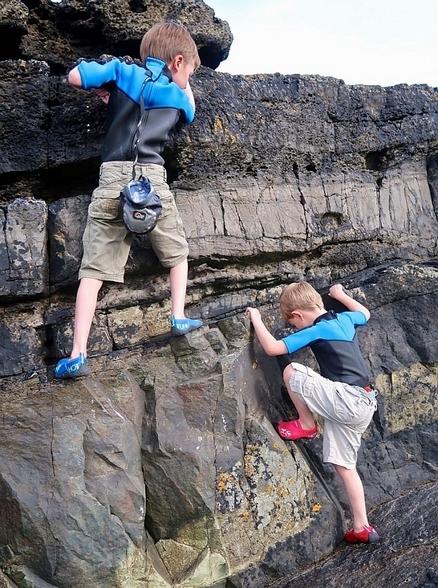 英两男童划独木舟,洞穴探险,露营 吸引大量粉丝