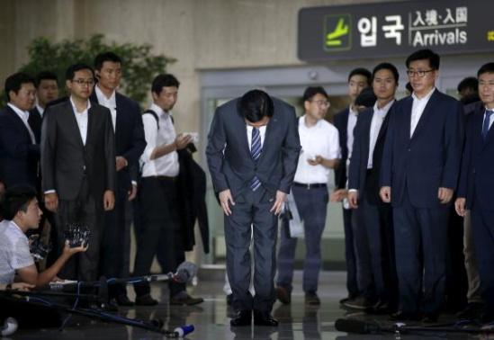 图为2015年8月3日在首尔金浦机场,乐天集团会长辛东彬就围绕接班问题出现手足争斗一事向国民道歉。(CFP图)