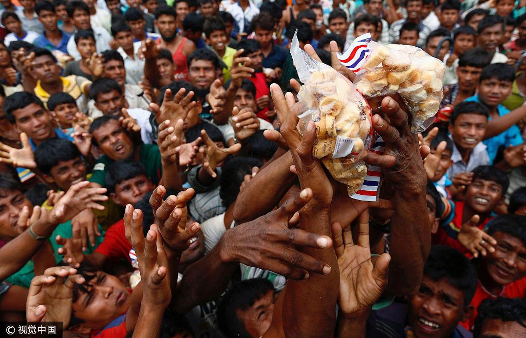 罗兴亚难民争抢食物