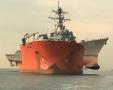 美军战舰被它抱起来了